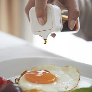 プッシュ式醤油差し タワー【キッチン収納/おしゃれ】ホワイトの使用画像